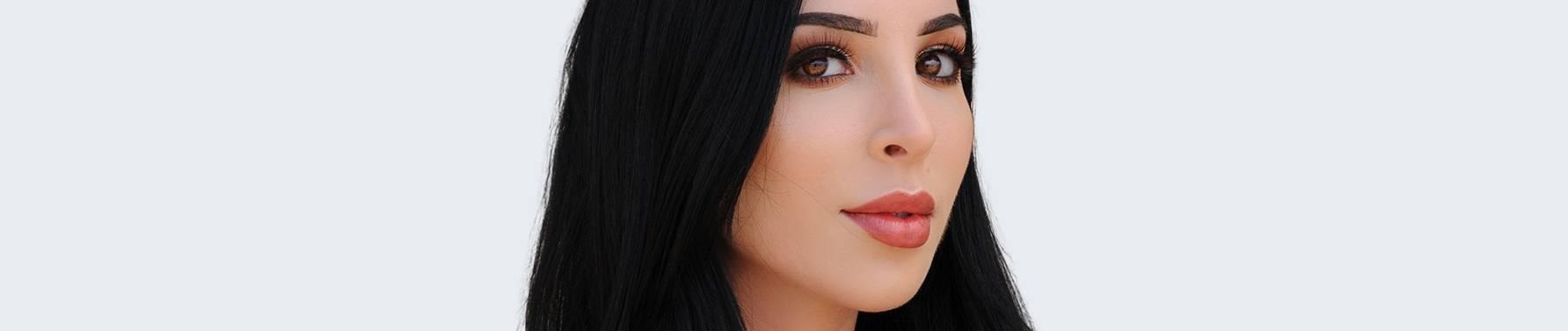一个有着黑色长发和可爱鼻子的漂亮女人的大头照