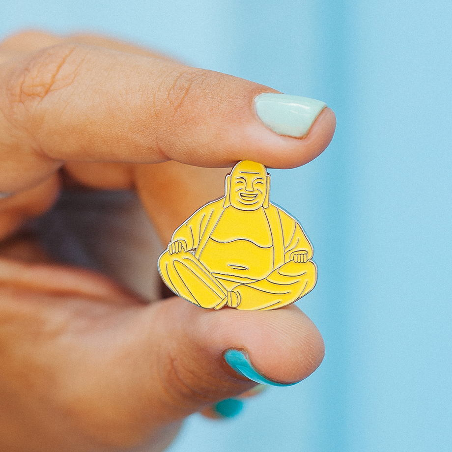 Металлический значок «будда», жёлтый