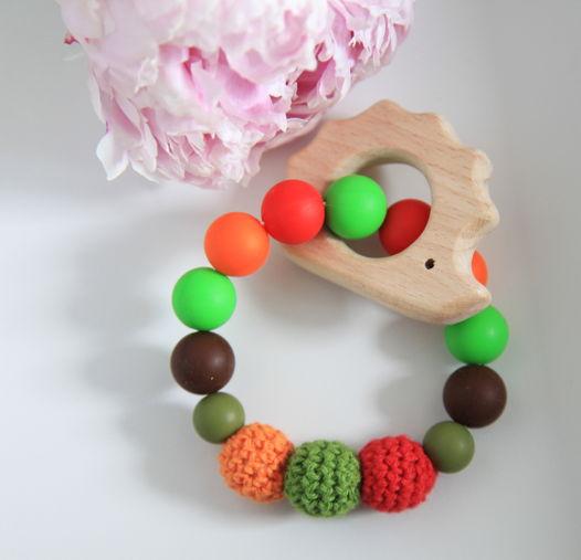 """Грызунок """"Ежик""""   из бусин красного, зеленого и  оранжевых цветов (пищевой силикон) и дерева."""