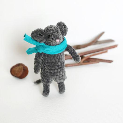 Вязаный плюшевый мышонок