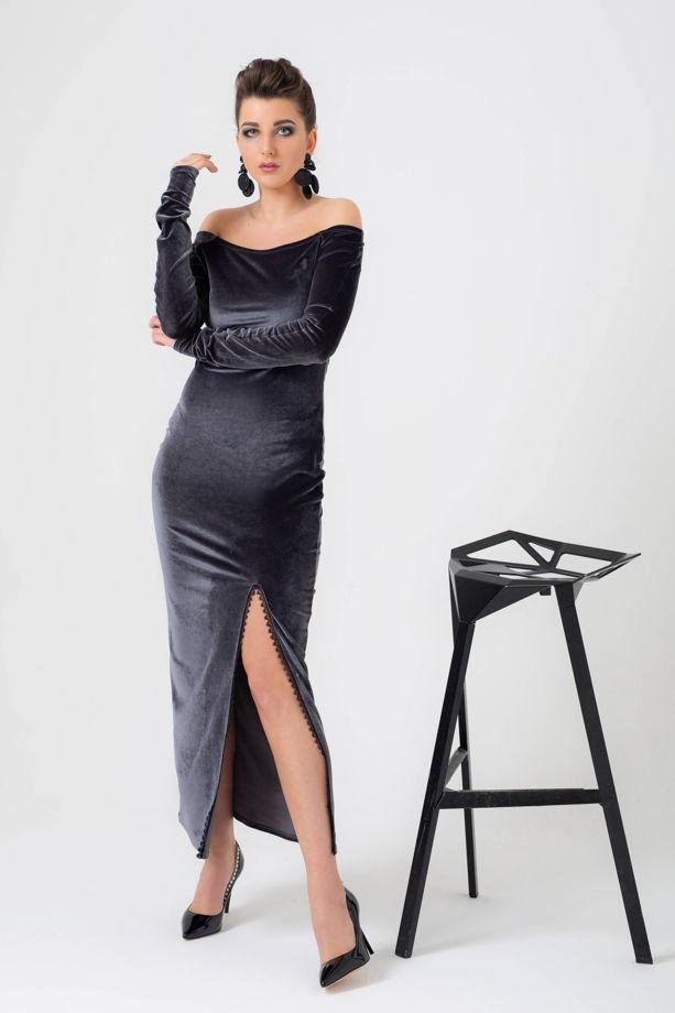 Платье из бархата с разрезом на ноге