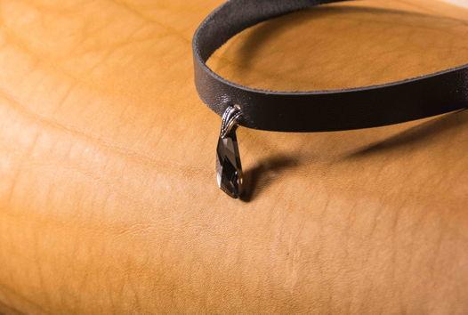 Чокер из кожи с черным кристаллом Swarovski