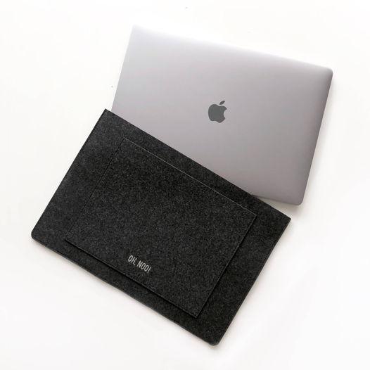 Горизонтальный чехол из фетра для Macbook черного цвета
