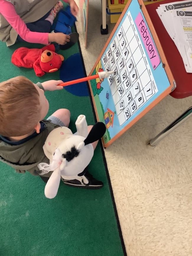 Pre-K students were reviewing the calendar in English and Spanish during circle time with Molly the Cow!!