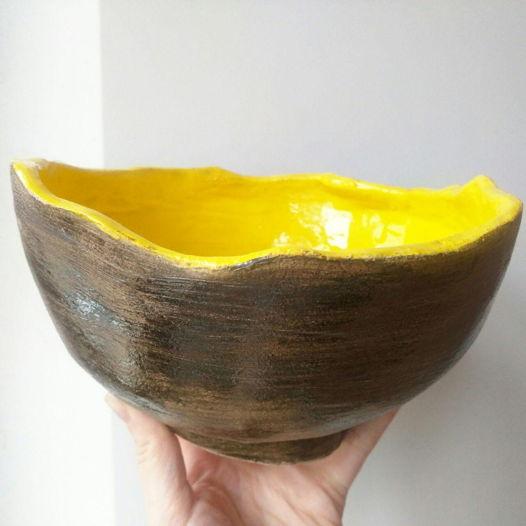Желто-коричневое глубокое блюдо ручной работы