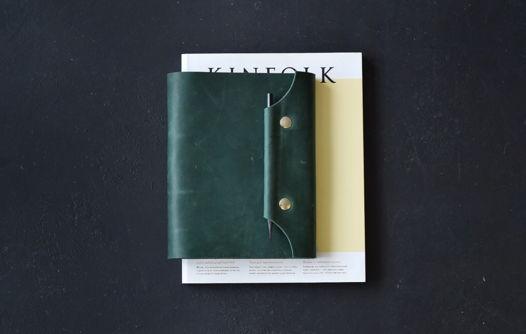 Кожаный блокнот на кольцах с магнитными кнопками и креплением для ручки на клапане