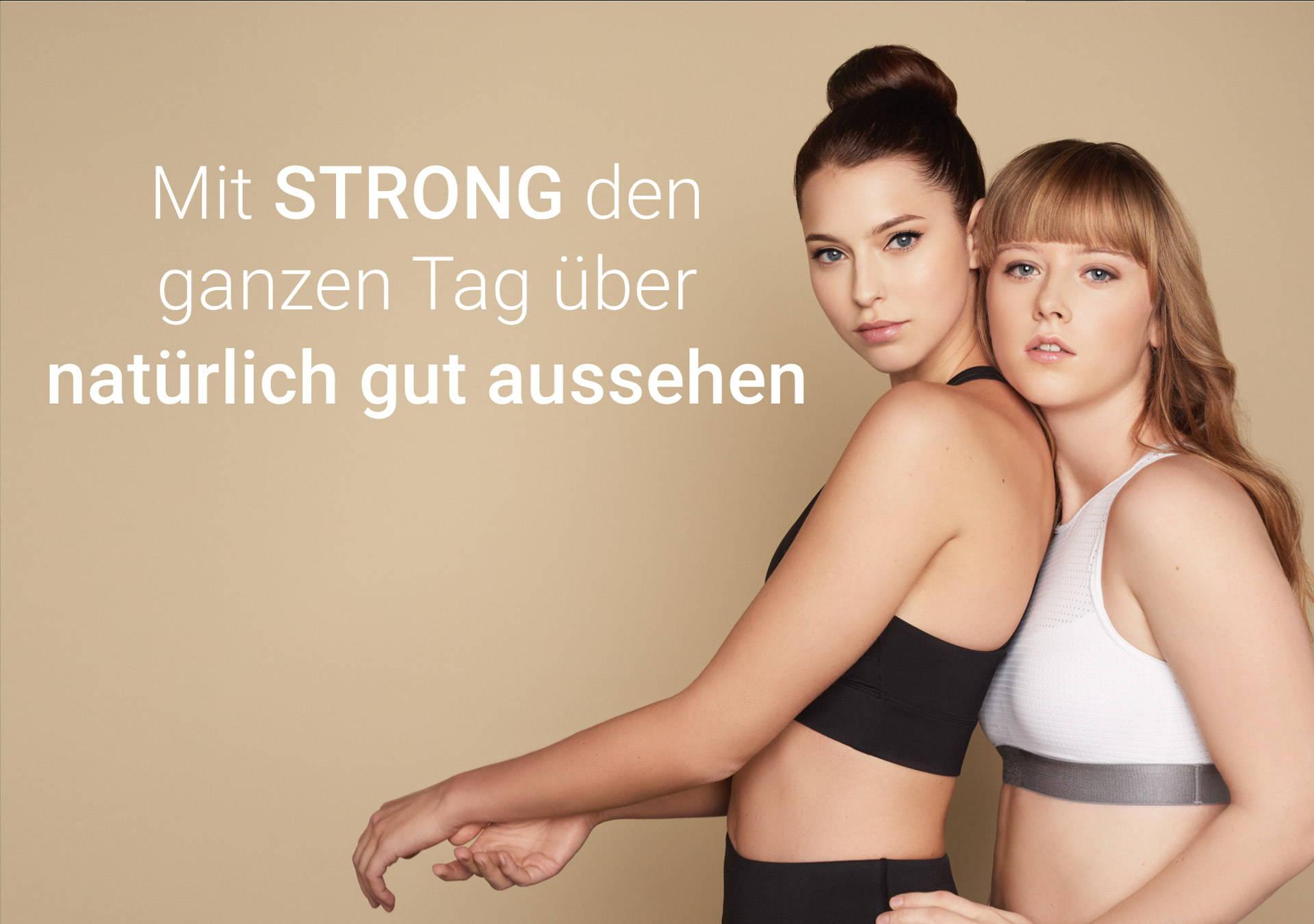 Eine Frau lehnt sich an die andere Frau, beide sind geschminkt und in Sportbekleidung