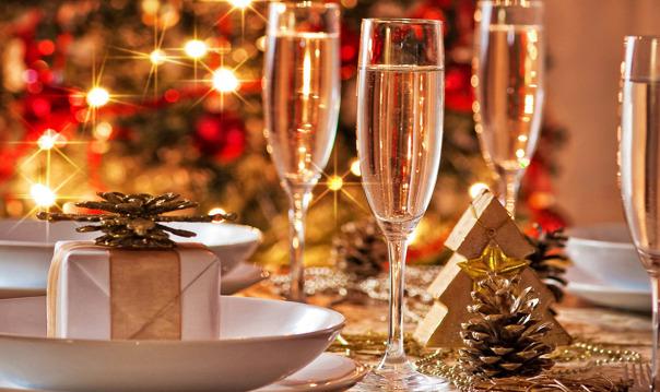 Новогодние огни с бокалом шампанского и подарками