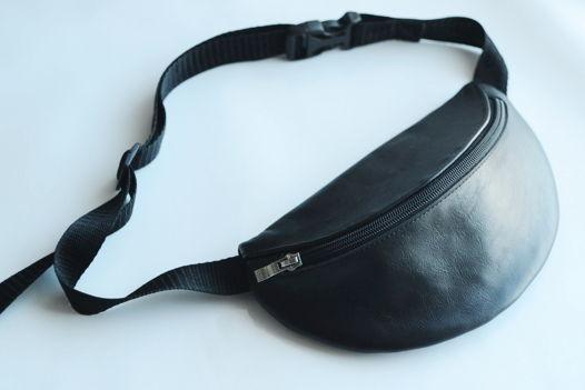 Поясная сумка мз натуральной кожи черного цвета с черной молнией