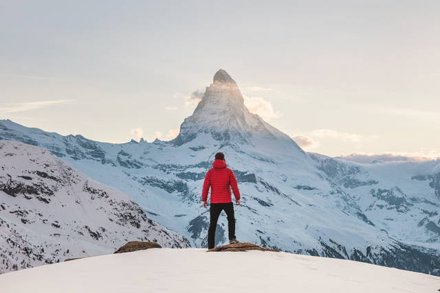 Randonner en hiver et faire du camping dans le froid. Dormir avec un sac de couchage Mount Trail dehors.