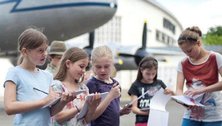 alliierten museum kinder mit flugzeug