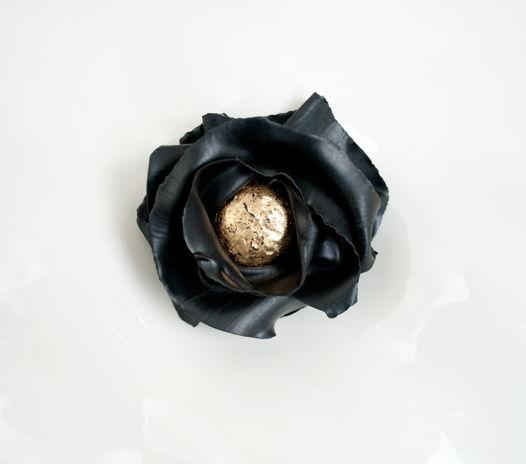 Брошь черный цветок