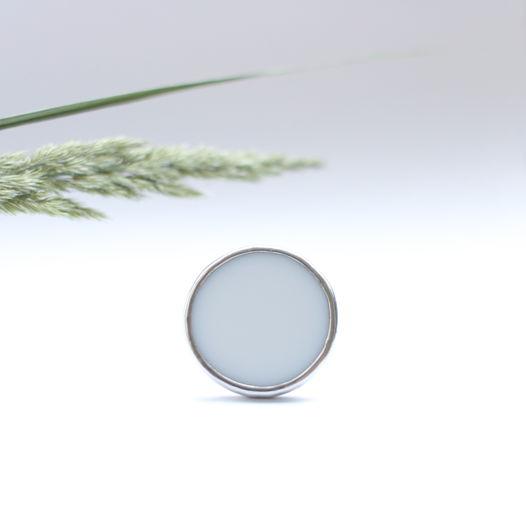 Большое круглое кольцо из белого стекла