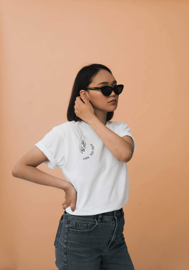 Белая женская хлопковая футболка «Know your power»