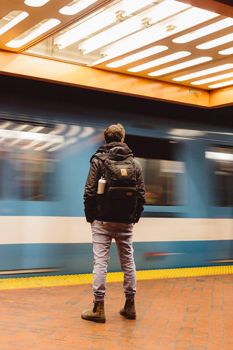 un homme attendant le métro à Montréal