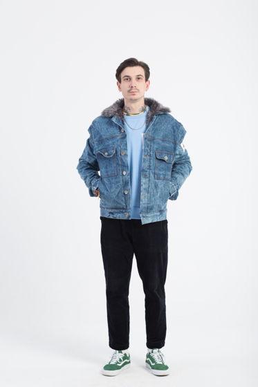 Джинсовая зимняя куртка с подкладкой из искусственного меха.