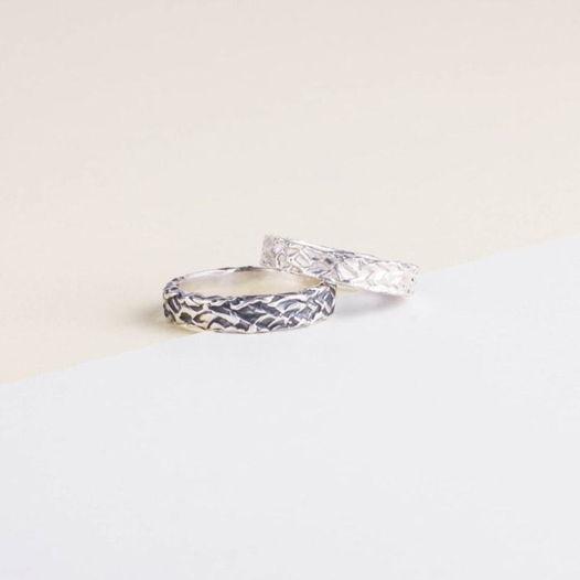 Серебряные обручальные кольца с текстурой «След кисти» и чернением
