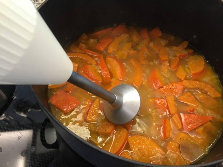 Nun wird die Suppe püriert und der Schmand untergerührt