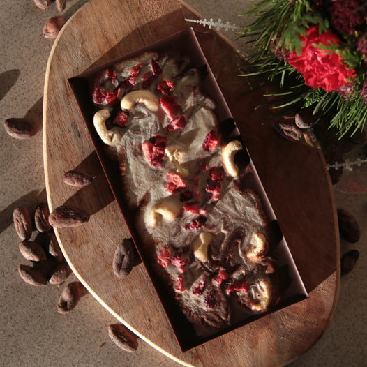 Микс веганского чёрного и белого шоколада с клубникой и кешью. 100 гр.