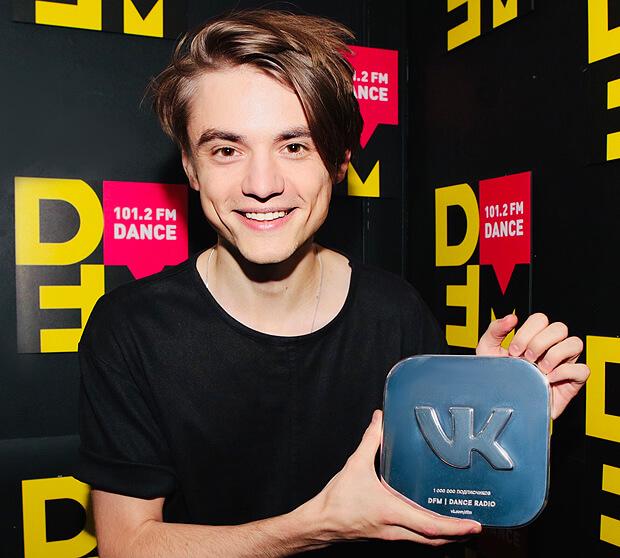 Радио DFM получило награду ВКонтакте за 1,5 миллиона подписчиков - Новости радио OnAir.ru