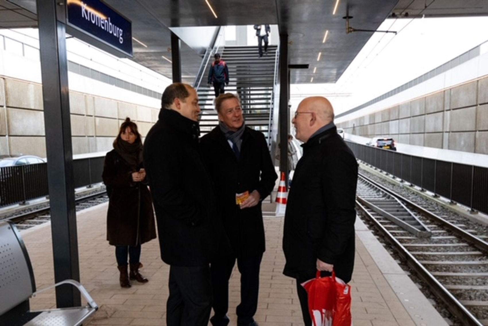 Tijd voor een praatje op de net geopende halte met wethouder Rob Ellermeijer en Jean-Philippe de Lannoy, opdrachtgever van het project namens de Vervoerregio Amsterdam.