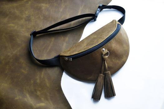 Поясная сумка из натуральной кожи в оливковом цвете в размере Maxi с черной молнией и кисточками