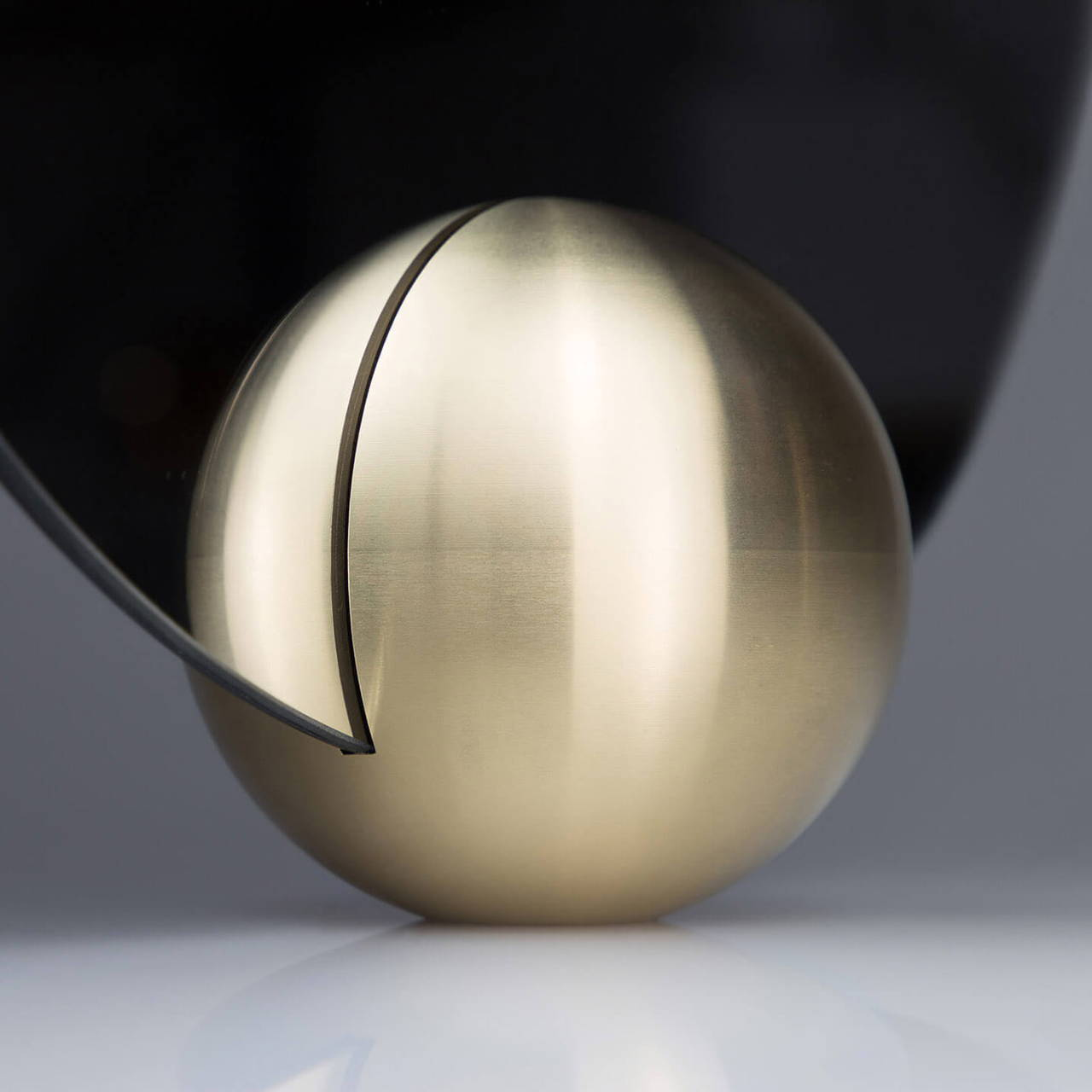 O-Mirror in Brass base detail
