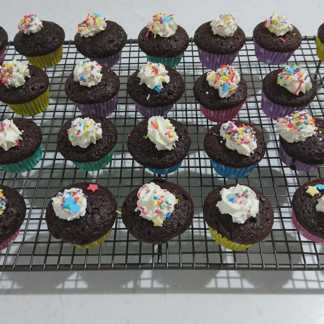 Date: 1 Jan 2020 (Wed) 17th Snack: Chocolate Cupcake [167] [135.5%] [Score: 9.0] I had always wanted to make cupcakes/muffins. I thought the fastest way to learn to make them is to buy a Prinetti Cupcake Making Kit. In the Kit there's a booklet showing 7 recipes to make cupcakes/muffins. This is the first of the seven.  1.	Number of mini cupcake made (from the recipe): 31 2.	Icing: Woolworths Whipped Cream 3.	Topping: Magic Star Tops