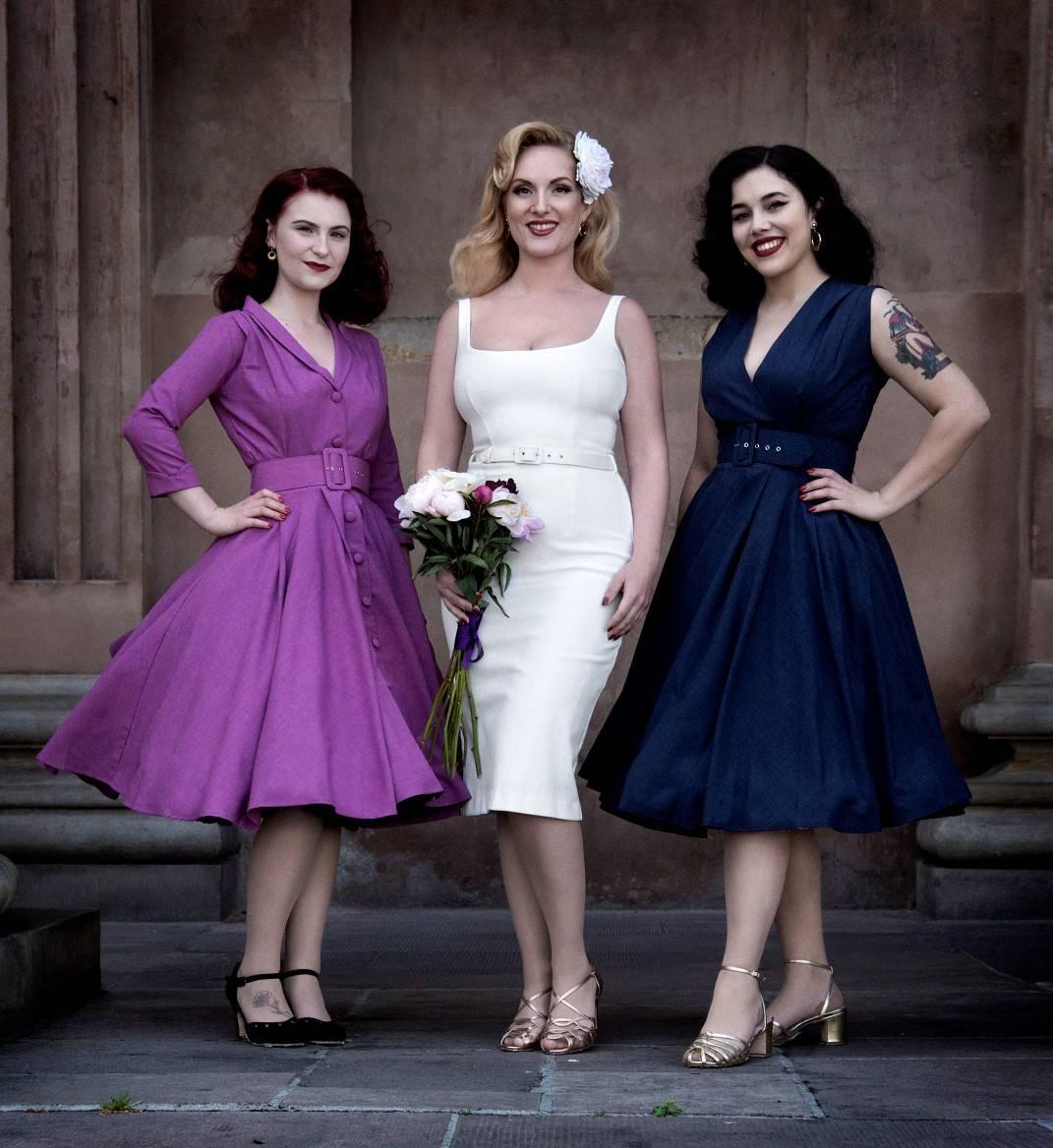 vintage style brudekjole og brudepiger foto: plougfotografi