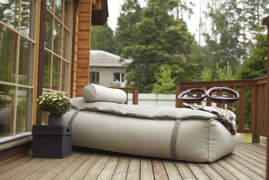 Бескаркасный лежак с подушкой-валиком