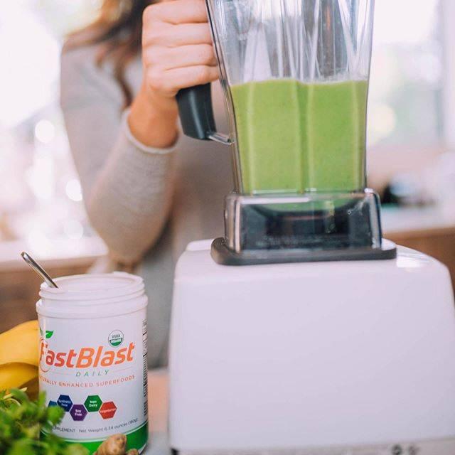 fastblast daily essentials in a green smoothie