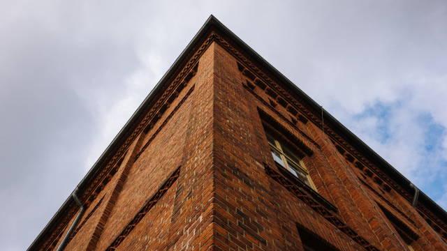 """En ejendom med røde mursten som referer meget godt til Brickshares navn, som direkte oversat betyder """"murstens andel"""""""