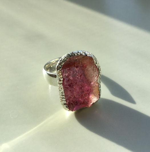 Кольцо большое с розовым турмалином неграненым (незамкнутое)