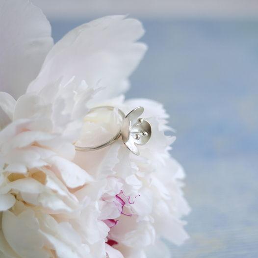 Кольцо ботаническое с цветком и тычинками из серебра