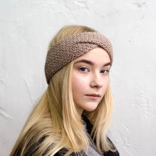 Тёплая вязаная повязка на голову цвета беж