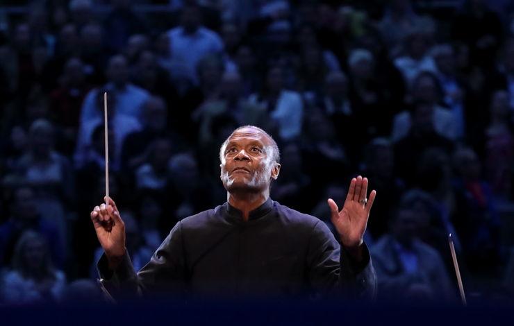 director de orquesta Thomas Wilkins al frente de la Orquesta del Tazón
