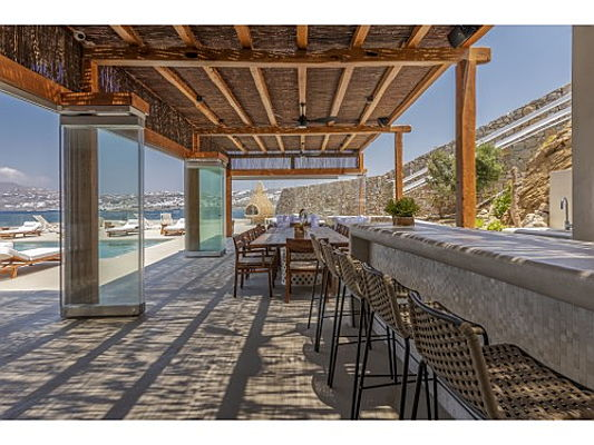 Bolzano - Located on the island of Mykonos this premium villa boasts uninterrupted sea views. It is on sale for 8 million euros. It affords a swimming pool, a private cinema and jacuzzi. (Caption: Engel & Völkers Cyclades)