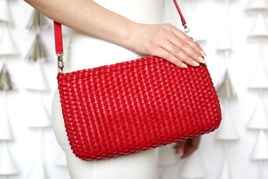 Плетеная малиновая сумка
