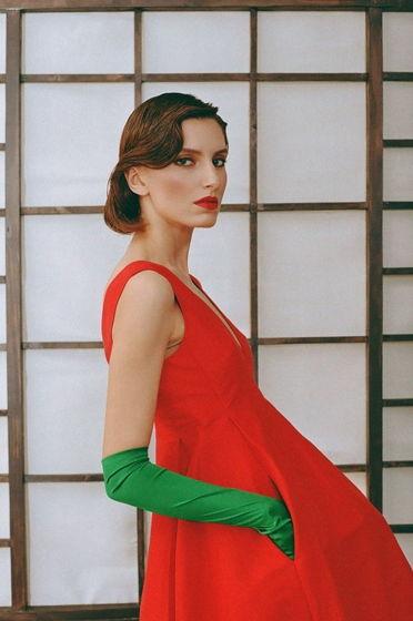 Красное платье с карманами и глубоким вырезом спереди