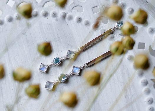 Длинные серьги гвоздики с топазами Swiss blue и лунными камнями