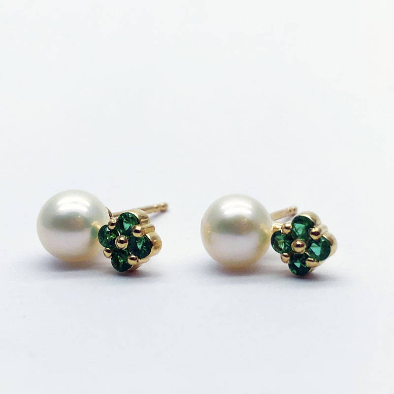 Yellow gold earrings with white pearl and emeralds