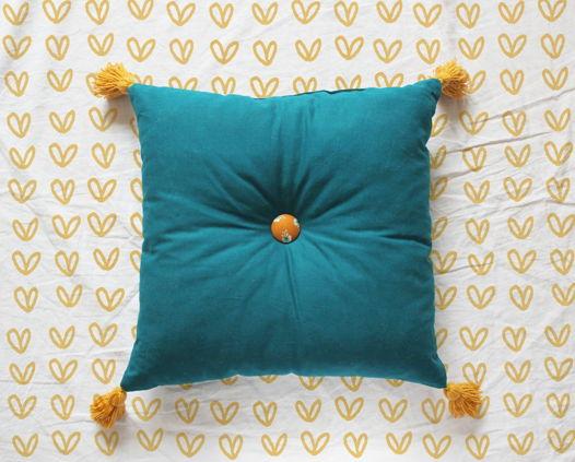 Детская декоративная подушка с кисточками