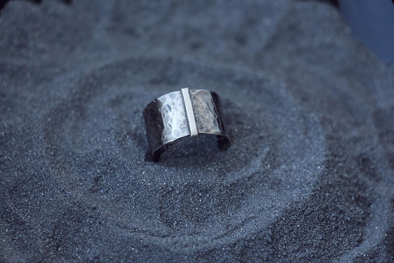 Простое серебряное кольцо в стиле минимализма с чеканной фактурой. Унисекс