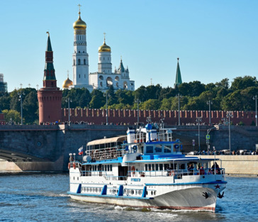 На теплоходе «From Capital To Capital» от парка Зарядье до Москва-Сити