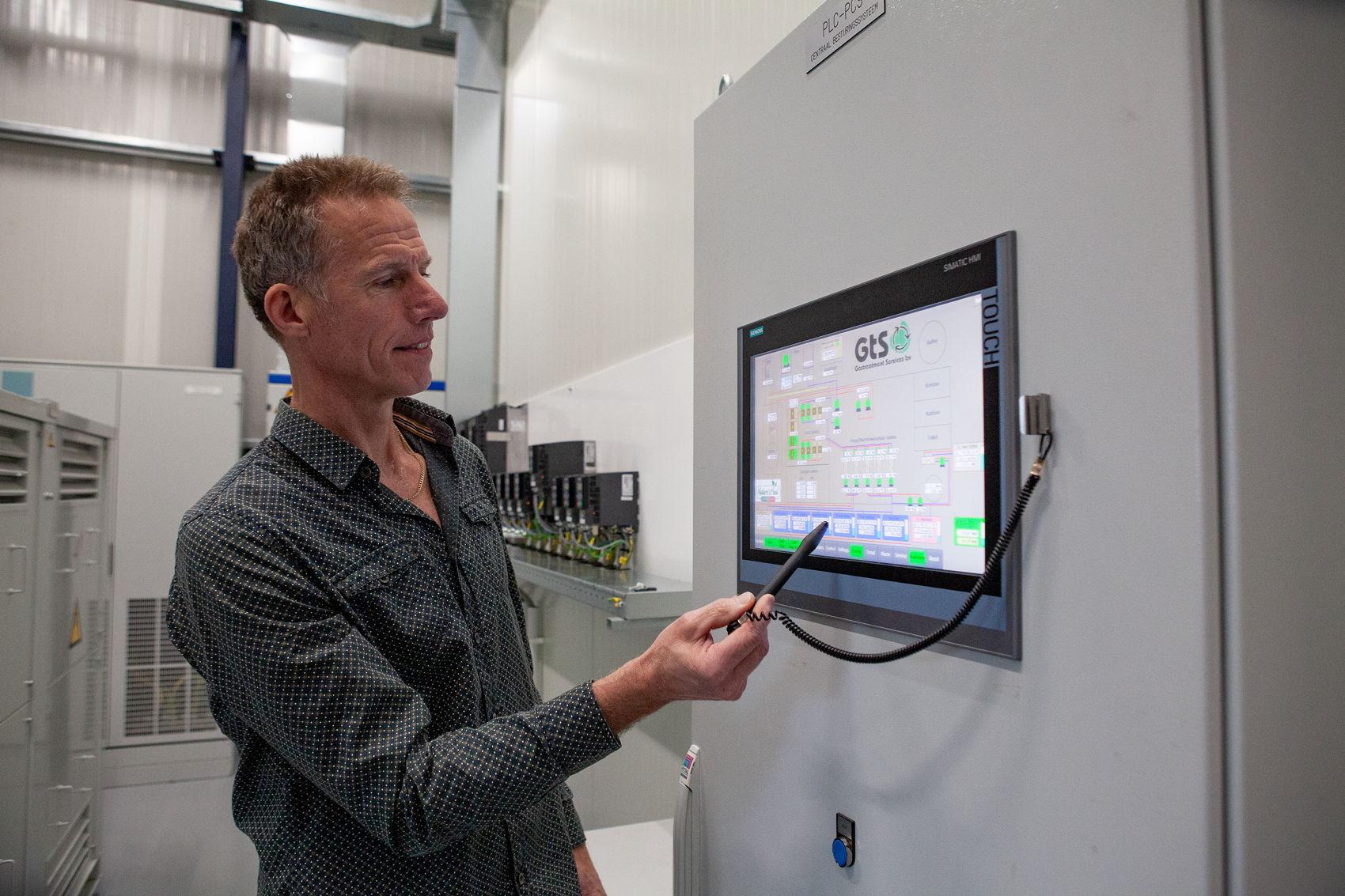 Paul bij de besturingscomputer van de geothermiecentrale.