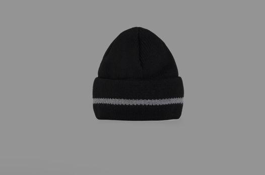 Черная шапка в стиле 80-ых