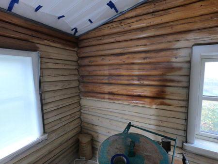 Skånsom sandblåsing av gulnet lakk på tømmervegger i bebodd enebolig, en effektiv metode for å lysne mørkt treverk. Høst 2018 bilde