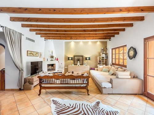 Puerto Andratx - Sóller: Bright living room with comfortable furniture in an exclusive townhouse