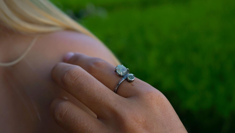 Кольцо с лабрадоритом и зеленым сапфиром