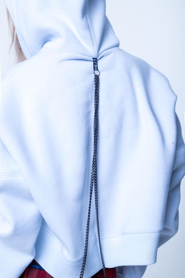 Белый худи с декоративными цепочками
